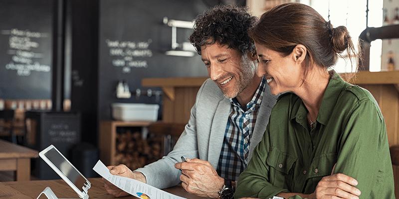 homem e mulher empreendedores planejando a gestão de seus negócios